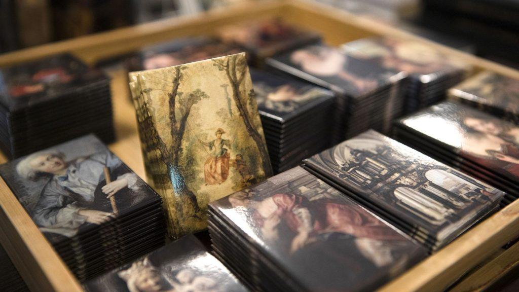 Puisella tarjottimella on pinoissa suorakaiteen muotoisia magneetteja, joissa on kuvia Sinebrychoffin taidemuseon kokoelmateoksista.