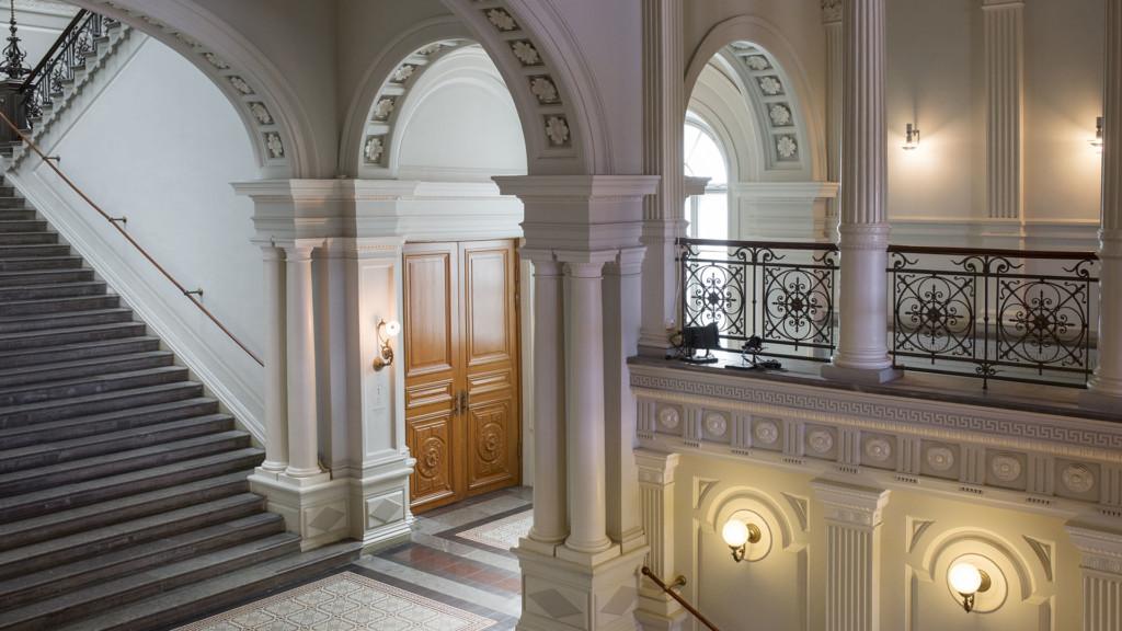 Valkoisia holvikaaria ja portaat.