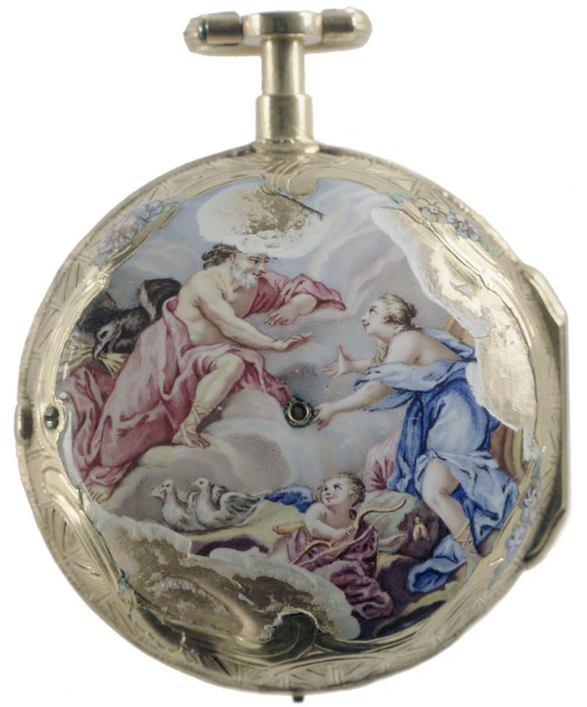 Kultainen taskukello, johon on maalattu mies, nainen ja lapsienkeli toogat päällä. Maalaus on lohkeillut.